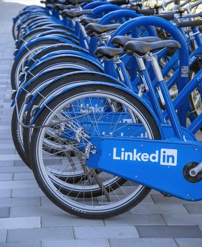 Biciclette blu con scritta LinkedIn, social utile per lead generation b2b