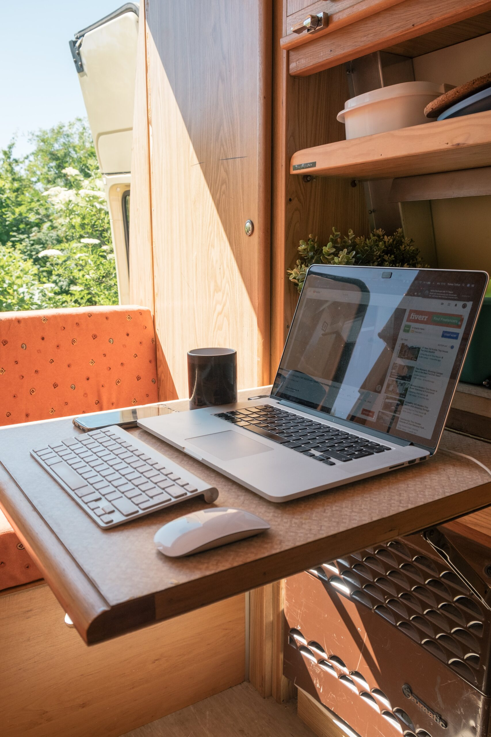 scrivania minimal con pc mouse e tastiera