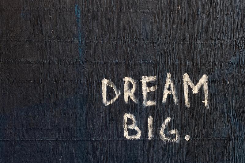 cosa fare nella vita: scritta sogna in grande